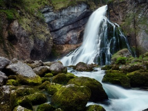 Wallpaper-waterfall-mountain-spray-water-grass-on-your-desktop[1]